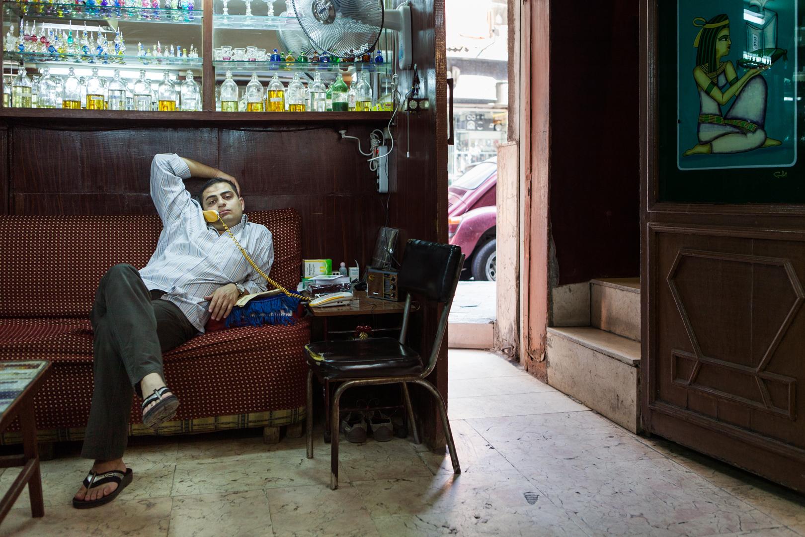 Angestellter in einem Parfüm-Shop in Kairo, Ägypten