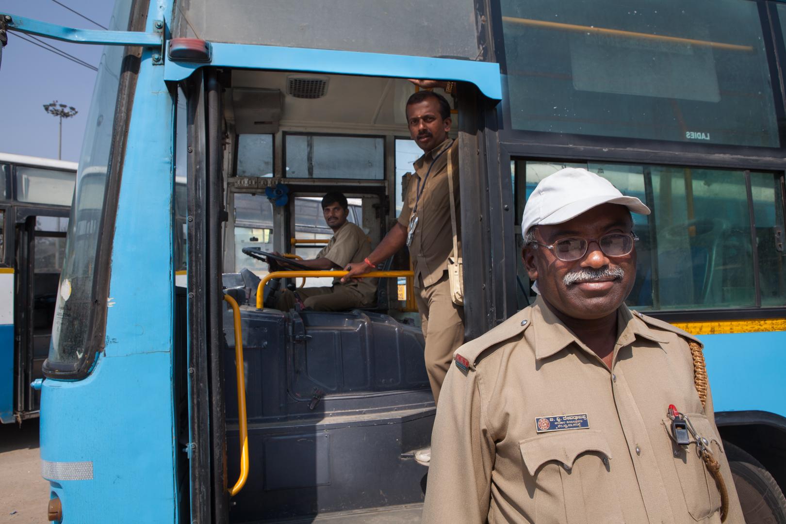 Angestellte eines Busunternehmens in Bangalore, Indien