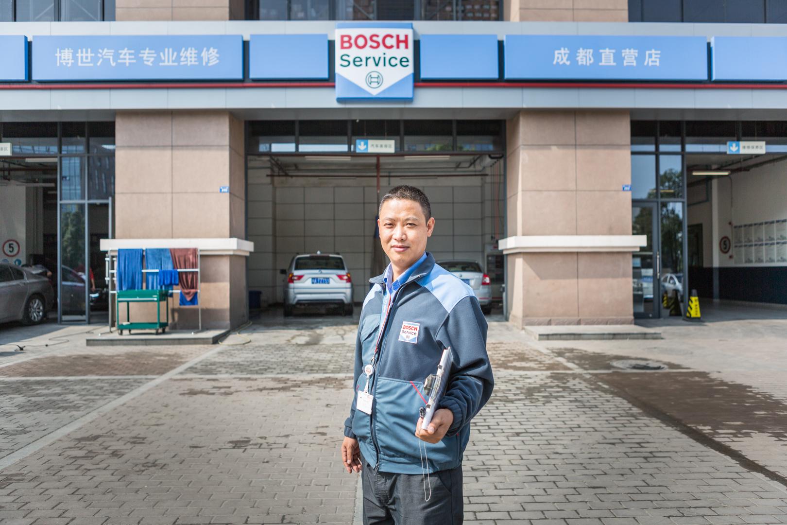 Werkstattleiter einer Bosch Auto-Werkstat in Chengdu China