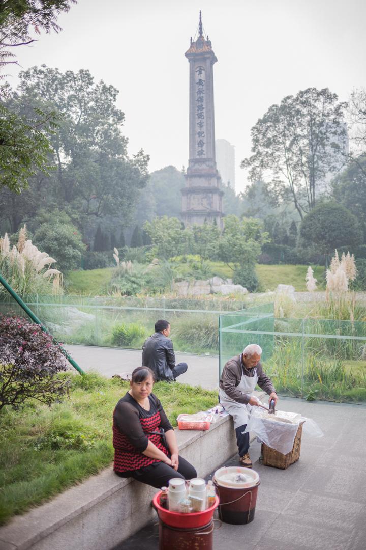 Verkäuferin von Süßwahren im Volkspark in Chengdu, China